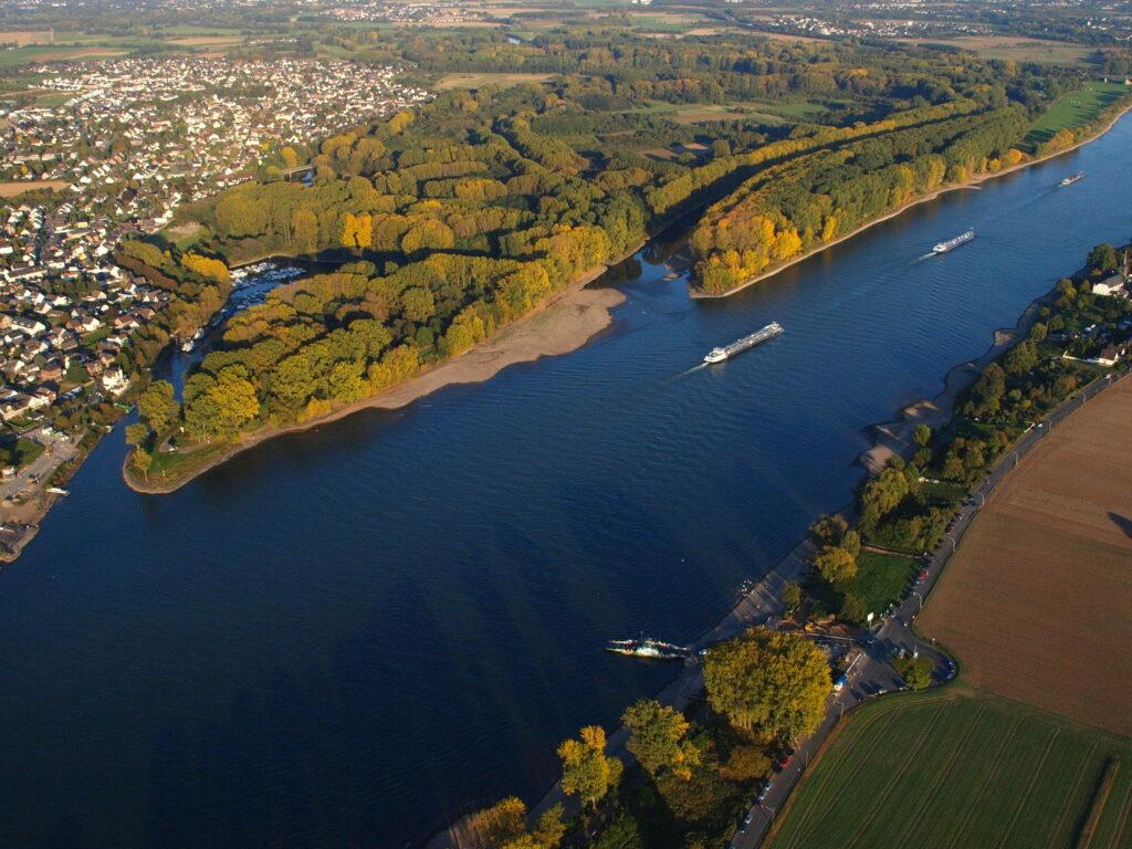 Die kleine Sieg mündet in den großen Rhein an einem sonnigen Spätsommertag